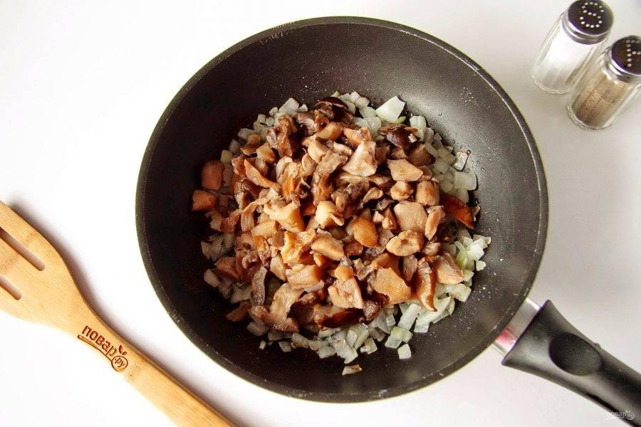 Обжарьте лук до мягкости и добавьте грибы. У меня лесные, уже заранее отваренные и нарезанные, но можно взять любые другие. Готовим помешивая до испарения жидкости.