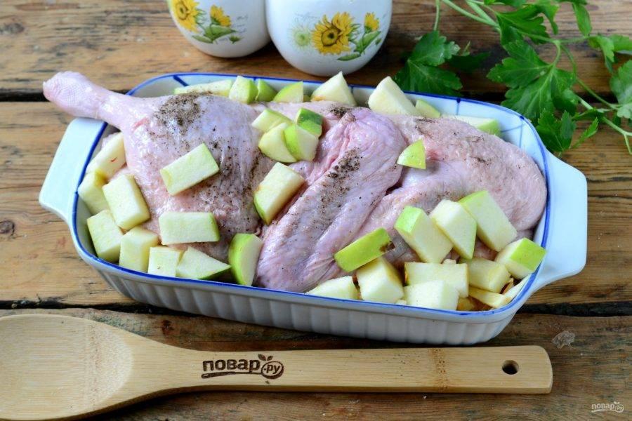 Сверху выложите утку, которую предварительно натрите солью и перцем. Яблоки нарежьте небольшими кубиками и положите на утку и рядом с ней. Вот и все, на этом активный этап заканчивается. Отправьте утку в духовку на 1-1,5 часа (температура — 170 градусов). Длительность приготовления зависит и от размера утки, и от ее возраста, и от того, домашняя она или магазинная. Домашняя утка запекается дольше минут на 30-40 – проверено.
