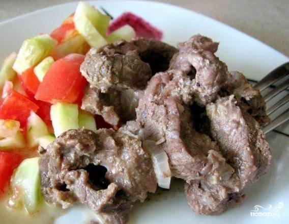 5.В качестве гарнира прекрасно подойдет салат из овощей. Измельчите помидоры, огурцы, добавьте чеснок. Заправьте оливковым маслом. Подавайте все вместе.