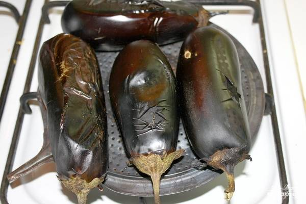 Готовьте их, пока они не стану черными. Не страшно, если шкурка даже немного обуглится.  Не забудьте переворачивать, чтобы мякоть внутри равномерно испеклась.