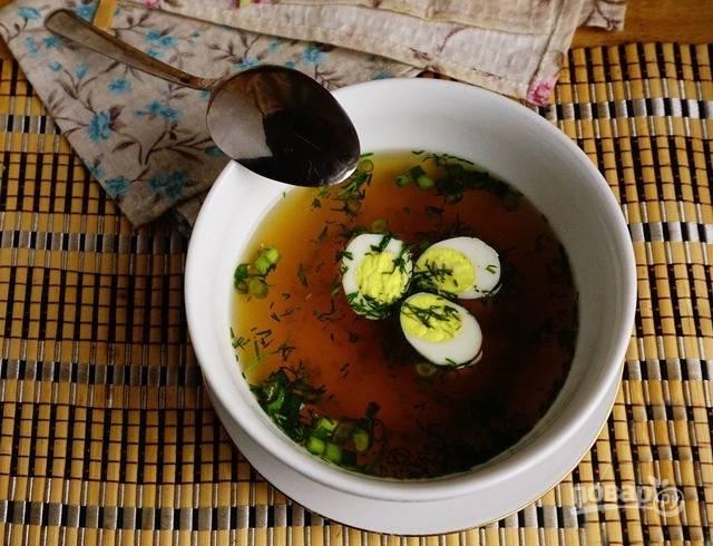 При подаче в каждую тарелку с супом кладите 3-4 половинки перепелиных яиц и посыпайте зеленью.