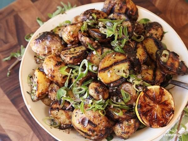 8. Аккуратно перемешайте. Вот и весь секрет, как приготовить картофельные дольки в специях на гриле. Очень классно выглядит, правда? А на вкус еще лучше!