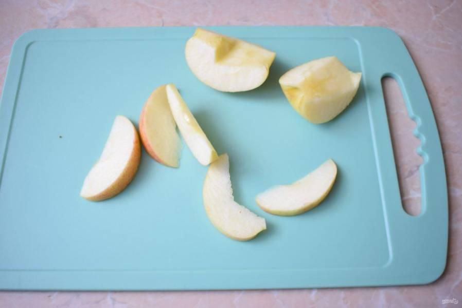 Яблоки используйте кисло-сладких сортов. Удалите из яблок сердцевину и нарежьте их на ломтики.  Выложите яблоки по поверхности теста.