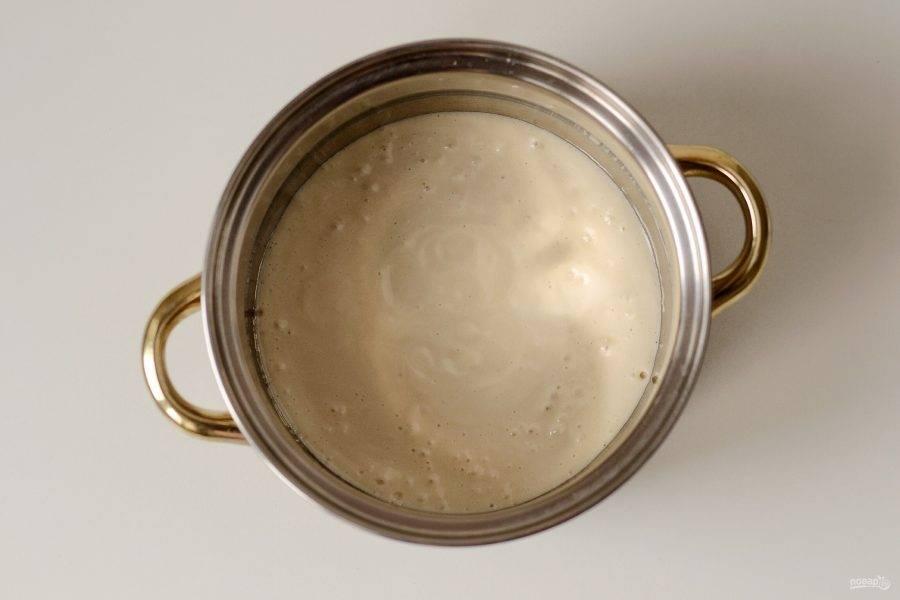 Влейте растопленное кокосовое масло, еще раз взбейте до однородной массы. Перелейте смесь в кастрюлю. Начните нагревать на среднем огне до загустения, постоянно помешивая. Примерно это займет 5-6 минут. Она должна легко отходить от стенок кастрюли.