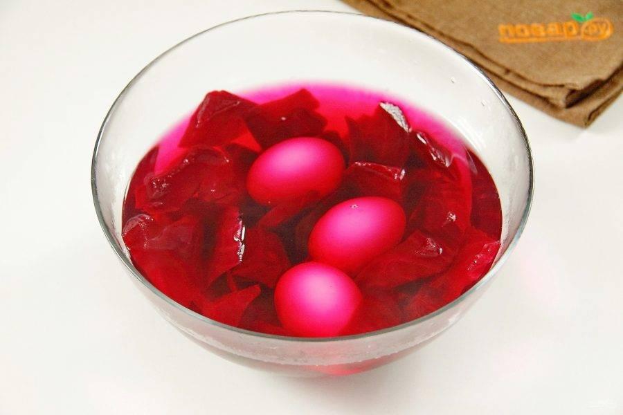 Залейте свеклу кипятком и опустите в эту же миску очищенные яйца, они должны быть полностью покрыты. Оставьте яйца минимум на 20-30 минут. Чем дольше держать яйца в воде, тем насыщеннее получится цвет.