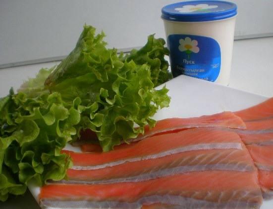 Листья салата промываем и сушим. Семгу тонко нарезаем.