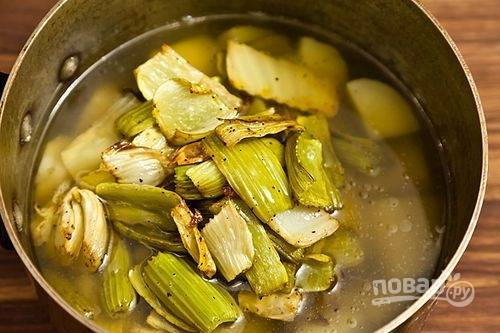 8.Достаньте овощи из духовки и переложите их из формы в кастрюлю с отварным картофелем.