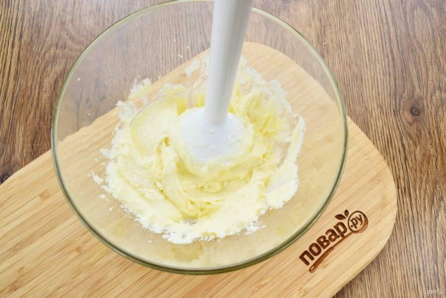 Масло и творог взбейте блендером, добавьте сахар и ванилин, взбейте.