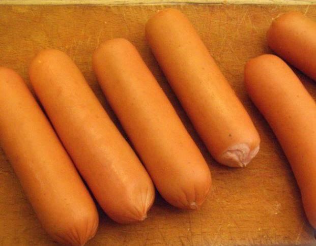 Очистите сосиски от упаковки.