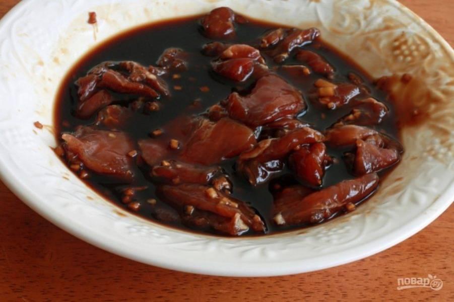 Замаринуйте кусочки свинины в соевом соусе с добавлением своих любимых специй для маринада. Мясо отставьте на 10 минут.