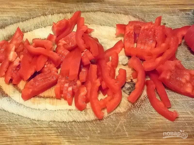 Вымойте перец, очистите от сердцевины и семян. Порежьте соломкой.