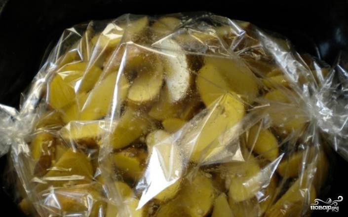 Перекладываем все в рукав для запекания, плотно его завязываем. Запекаем картофель в духовке 1 час, температура — 190 градусов.
