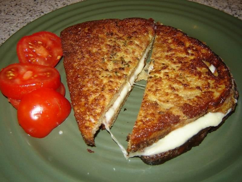И обжарьте до расплавления сыра. Ломтики хлеба должны склеиться сыром. Сразу подавайте на стол с чашечкой кофе или чая.