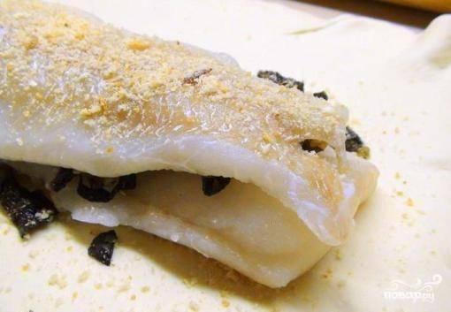 Вторую часть филе трески выкладываем поверх грибов. Опять посыпаем солью и перцем по вкусу, добавляем оставшиеся панировочные сухари.