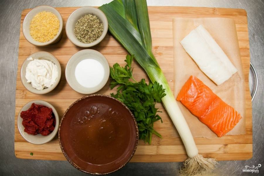 Подготовьте для начала ингредиенты. Залейте рыбные кости водой, добавьте корень петрушки, морковку и лук. Варите 40 минут после закипания. Готовый бульон процедите.