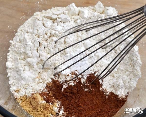 1. В небольшую мисочку просейте муку, разрыхлитель, добавьте соль и ароматные специи. Все тщательно перемешайте.