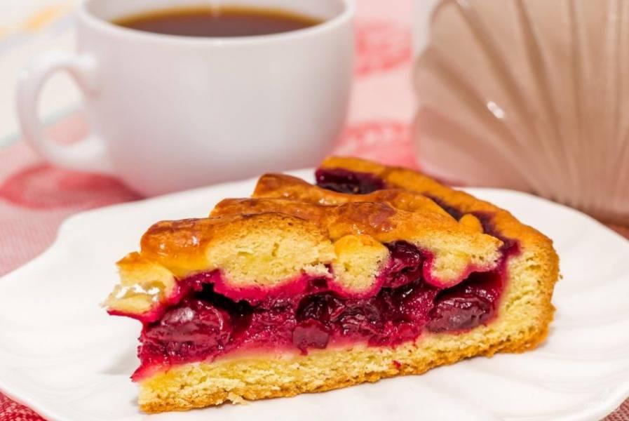 Запекайте пирог при 180 градусах в духовке в течение 45 минут. Потом дайте выпечке немного настояться. Приятного чаепития!