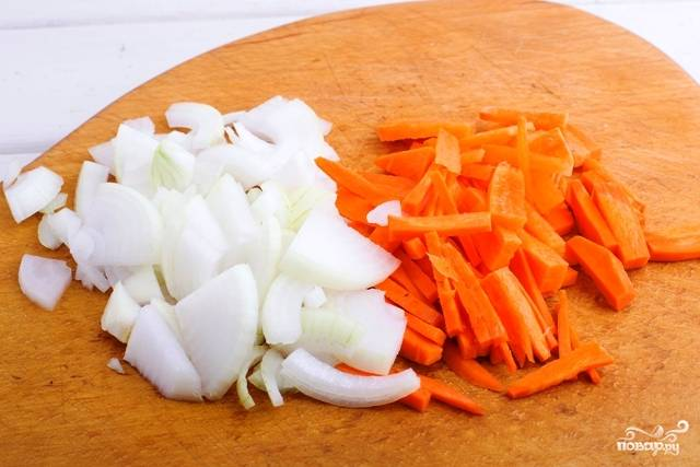 4. Параллельно очистите лук и морковь, измельчите овощи по желанию.