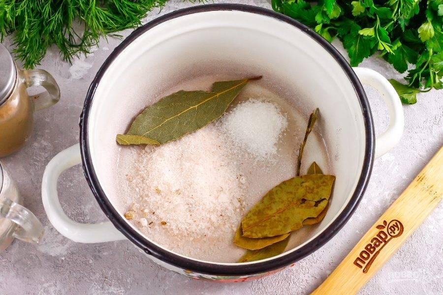 Всыпьте в кастрюлю или ковш сахар, соль (можно использовать гималайскую соль, соль с измельченными пряностями или специями), лавровые листья.