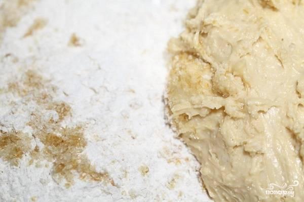 3. В мисочку всыпьте оставшуюся муку, добавьте масло. Вымешайте как следует не менее 15 минут, чтобы тесто было мягким.