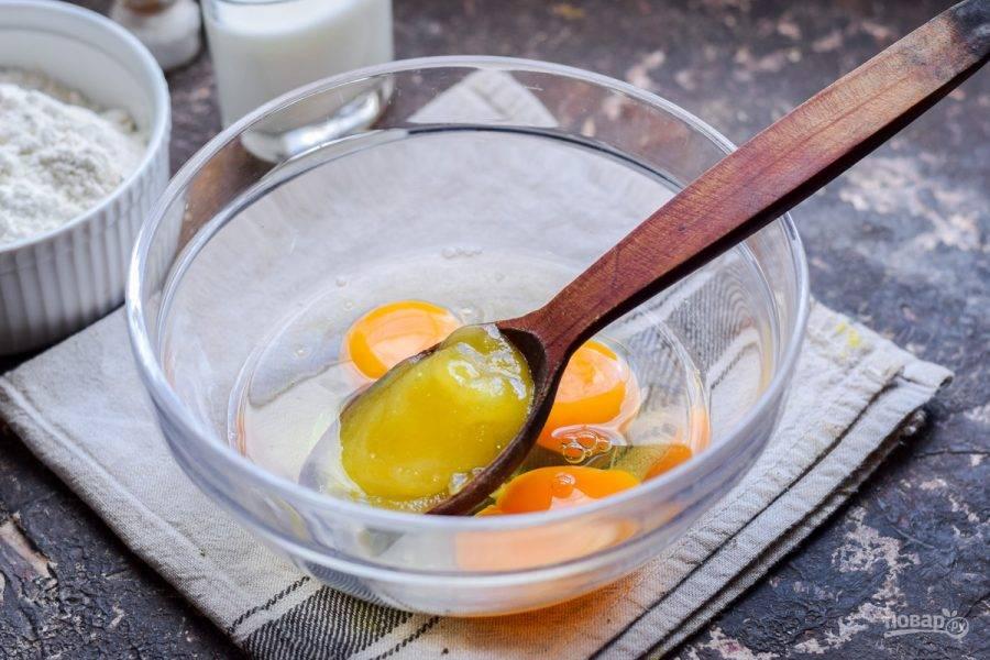 К яйцам добавьте мед или ваш любимый подсластитель.