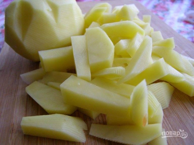 6. Нарезаем картофель, но отправляем его в суп тогда, когда сварится перловка. Готовое мясо нужно достать и нарезать на кусочки, после чего вернуть обратно. Солим и приправляем по вкусу (при желании можно добавить в конце зелень). Когда суп будет готов, выключаем его и даем настояться.