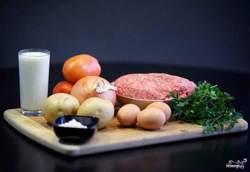 1. Вот такой вполне обычный и доступный набор ингредиентов вам понадобится, чтобы повторить этот простой рецепт картофеля с фаршем в духовке. Приступим?
