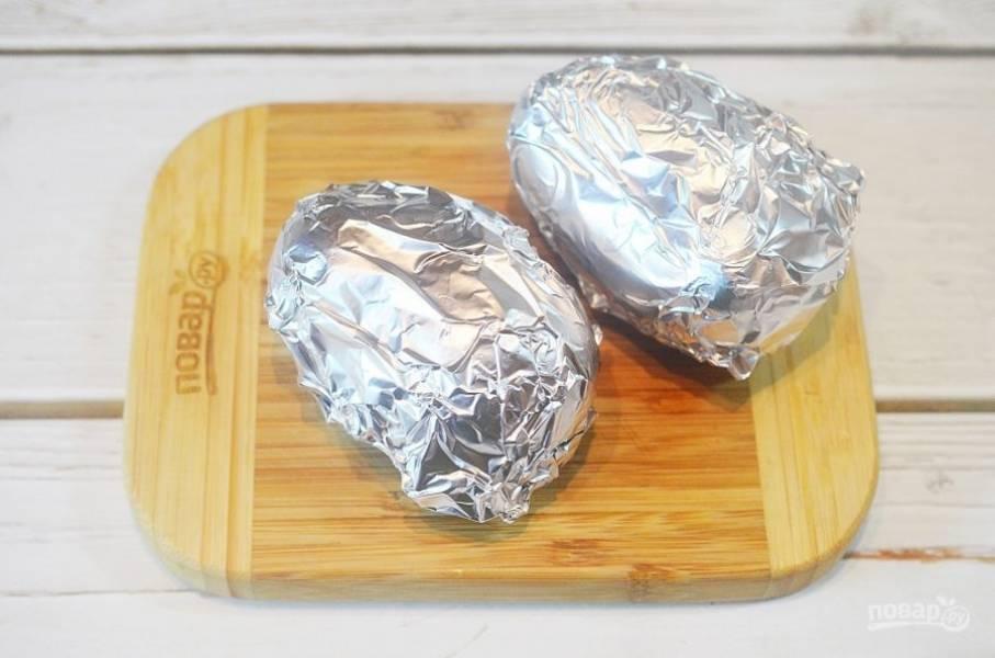 2. Заверните в фольгу и запеките до готовности в духовке, при 190 градусах около 40 минут.