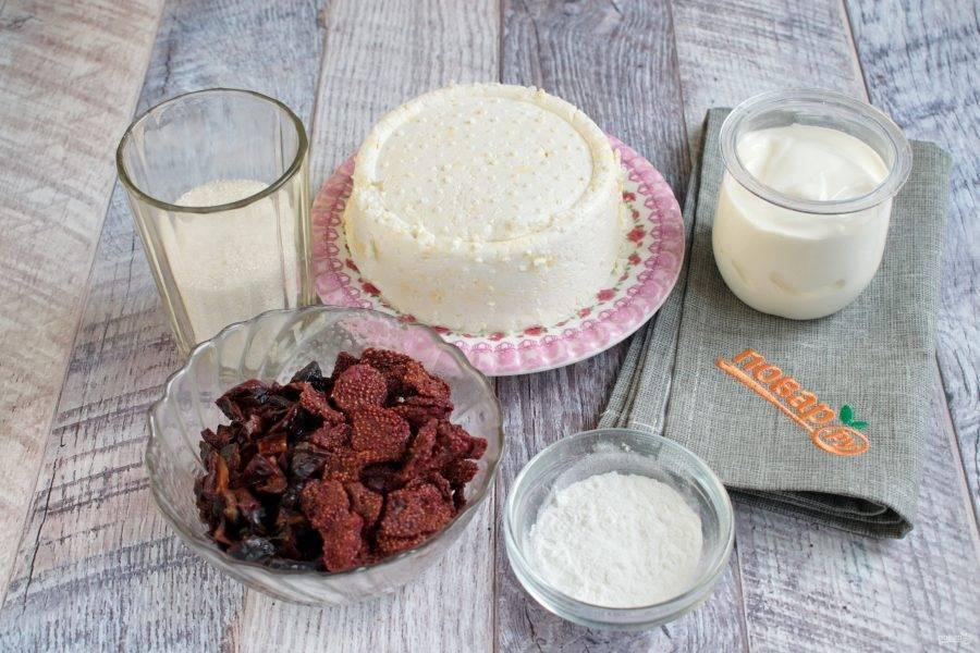 Подготовьте необходимые продукты для начинки. Для сладкоежек количество сахара можно увеличить. Чернослив залейте теплой водой на 15 минут, слейте воду.