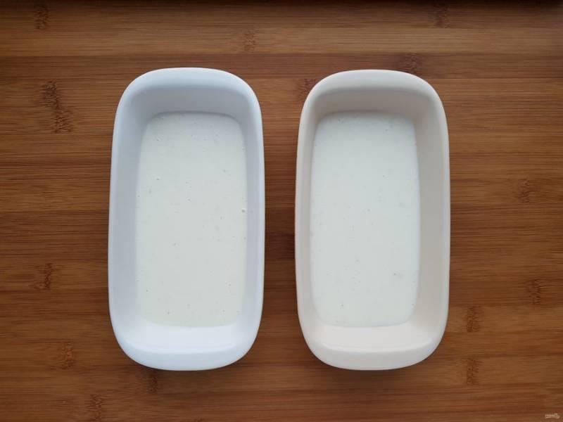 На дно форм для запекания налейте по одному половнику соуса бешамель.