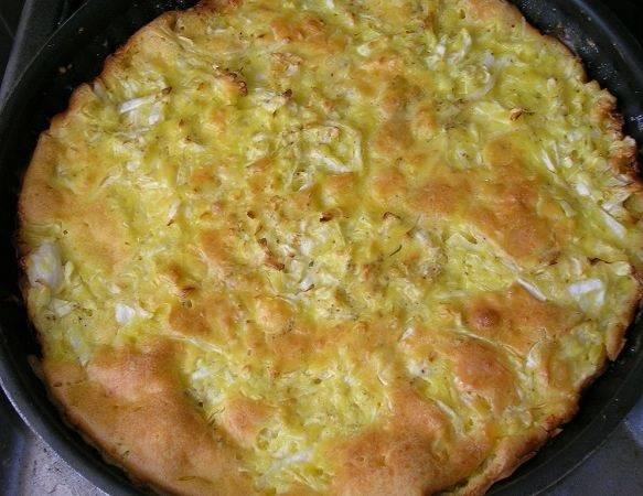 8. Примерно через 40 минут аппетитный и румяный капустный пирог на молоке в домашних условиях будет готов.