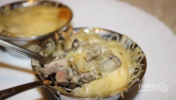 Сверху натрите сыр и добавьте соль с перцем. Запекайте жульен при 200 градусах в духовке в течение 30 минут. Приятного аппетита!