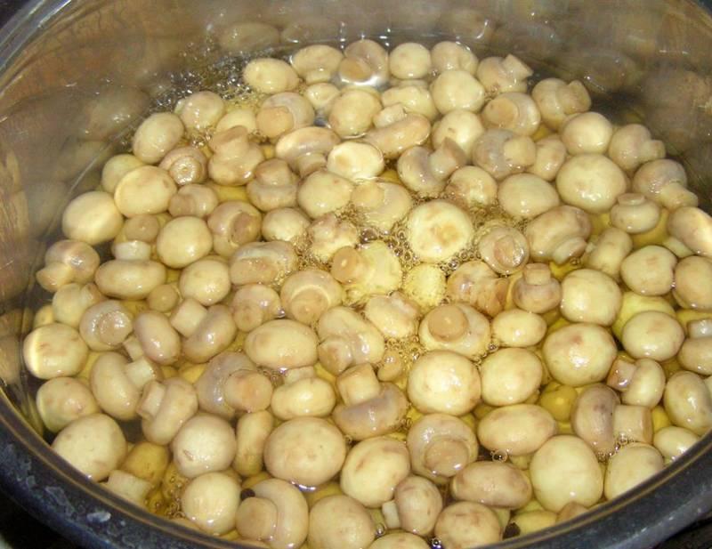 2. Указанное количество воды доводим до кипения с сахаром и солью. Когда и сахар, и соль растворятся, добавим перец и лавровый лист. Когда закипит, вливаем уксус, добавляем грибы и уменьшаем огонь.