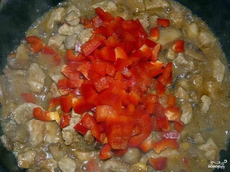 Затем нарезанный перец, перемешиваем и готовим еще 5 минут.