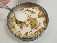 Выложите порезанные яблоки, посыпьте их корицей с сахаром и полейте сметаной.