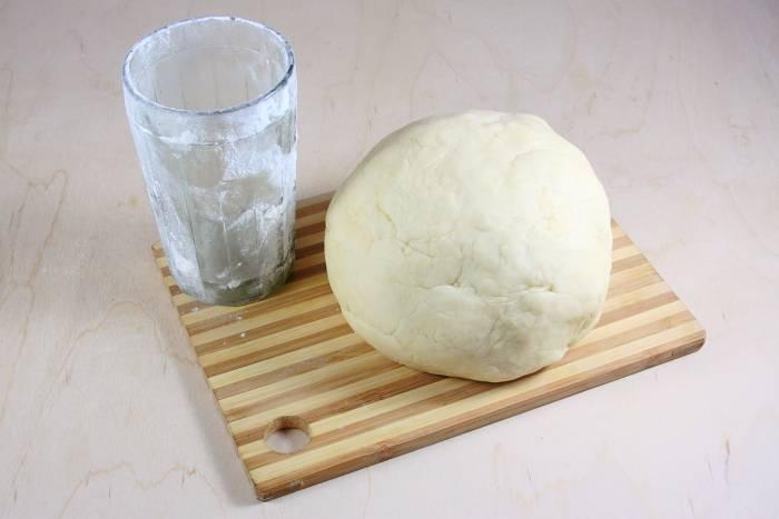 Замешиваем тесто. Растворяем соль в молоке и смешиваем с маслом. Взбиваем белки и добавляем к молоку. Муку смешиваем с содой и подсыпаем в молочную смесь. Тесто не должно быть крутым!!! Заворачиваем тесто в пищевую пленку и оставляем минут на 20-30.