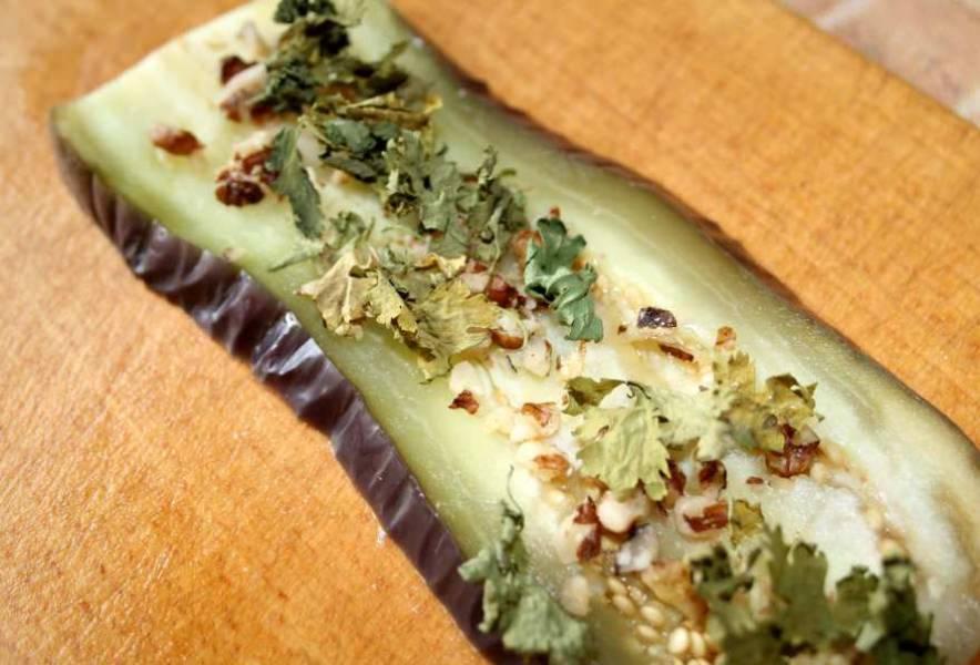 Остудите баклажаны и присыпьте измельченной кинзой и орехами.