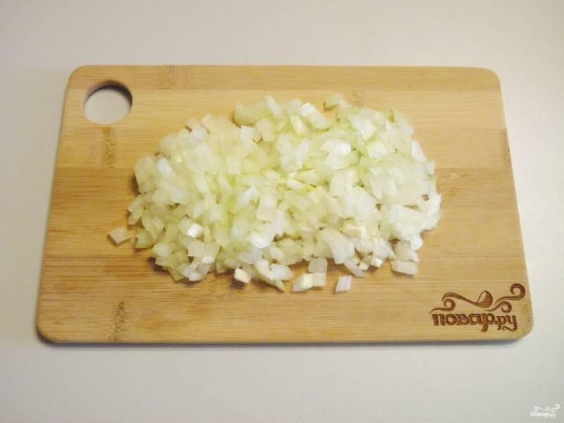 Порежьте очищенный лук максимально мелко.