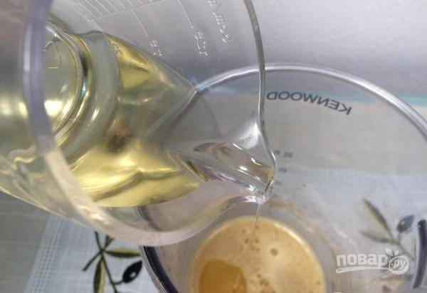 Потом аккуратно влейте растительное масло, постоянно мешая. В конце добавьте лимонный сок. Ещё раз перемешайте соус.