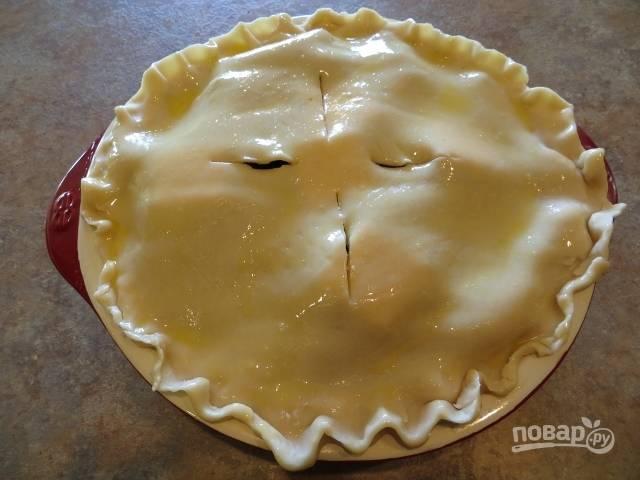 6.Смешайте куриное яйцо и молоко, смажьте полученной смесью пироги и сделайте 4 надреза, чтобы выходил воздух.