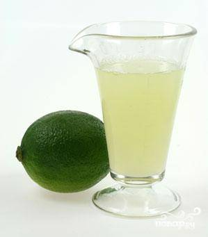 Можно взять консервированный сок лайма, однако лучше, если вы выжмете его из спелых лаймов сразу перед приготовлением напитка. Цедру не выбрасывайте - она пойдет на украшение.