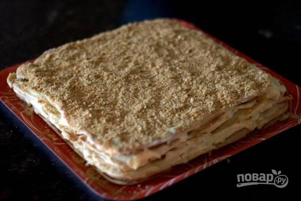 8.Обрезки от коржей измельчите в крошку, украсьте торт. Отправьте его в холодильник на 7-8 часов, а затем подавайте. Приятного чаепития!