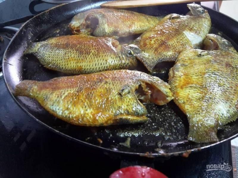 2. Нагрейте масло в сковороде, обжарьте рыбу в течение 2-ух минут с каждой стороны.