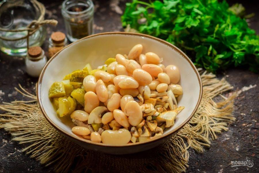 Добавьте в салат консервированную фасоль. Посолите и поперчите салат по вкусу.