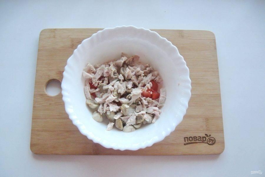 Отварную курицу также нарежьте и добавьте в салат.