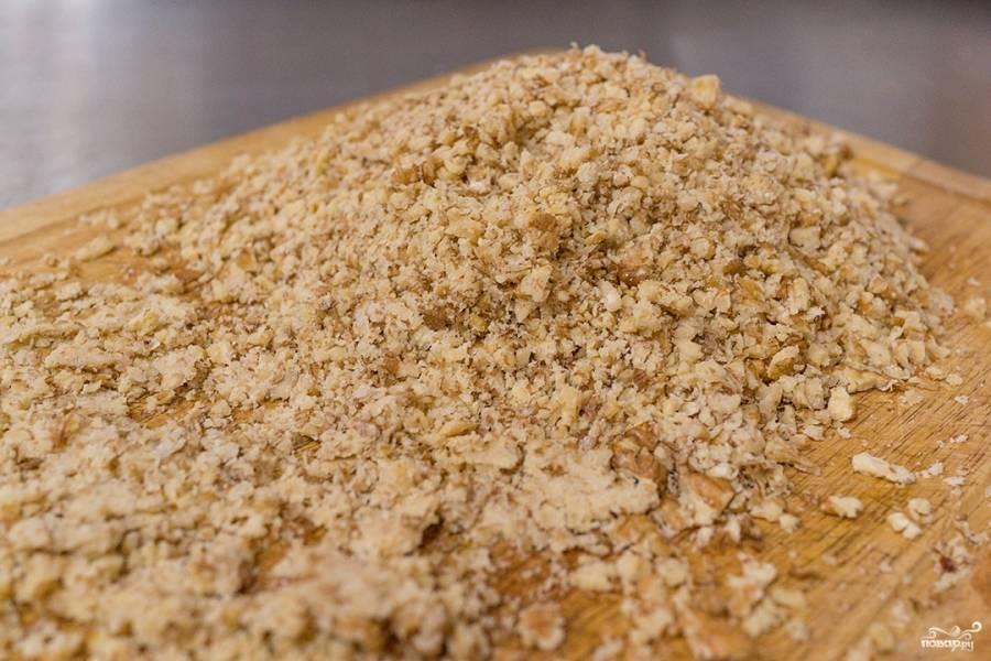 Грецкие орехи измельчите (в блендере или вручную).