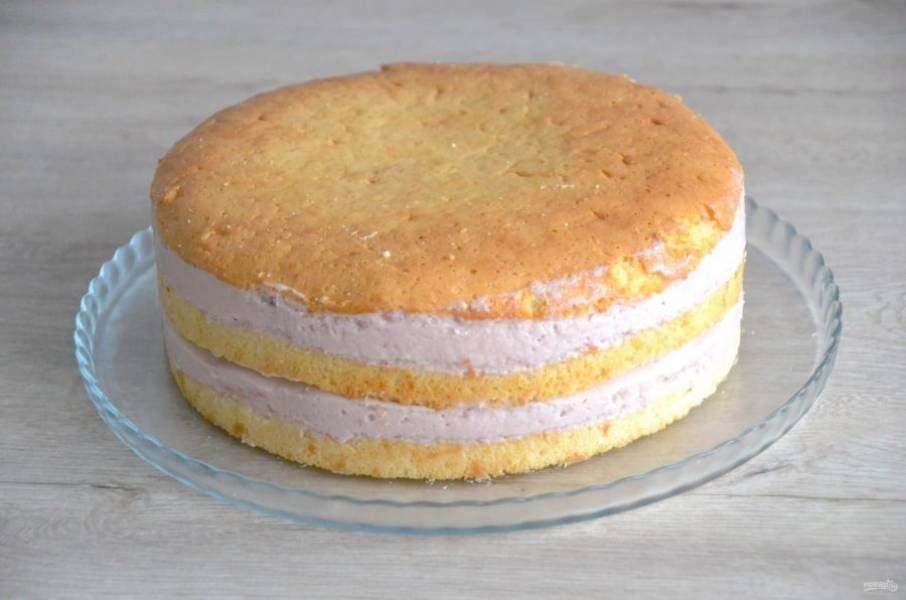 Перед покрытием торта шоколадной глазурью достаньте его из холодильника, освободите от формы и ацетатной пленки.