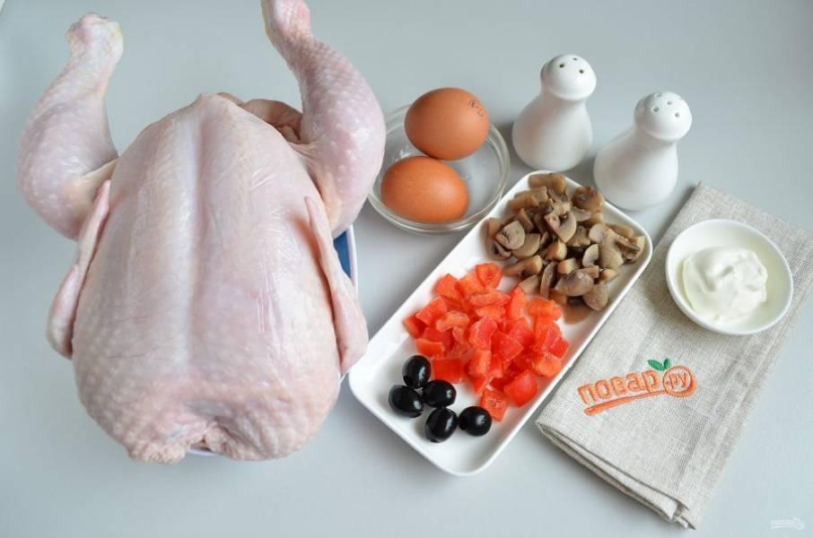 1. Подготовьте необходимые продукты. Курицу тщательно вымойте, удалите остатки перьев, желтую грубую кожуру на суставах, срежьте попку и лишний жир.