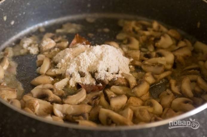 Порежьте грибы пластинками и отправьте к луку, жарьте, пока не выпарится жидкость. Затем добавьте муку.