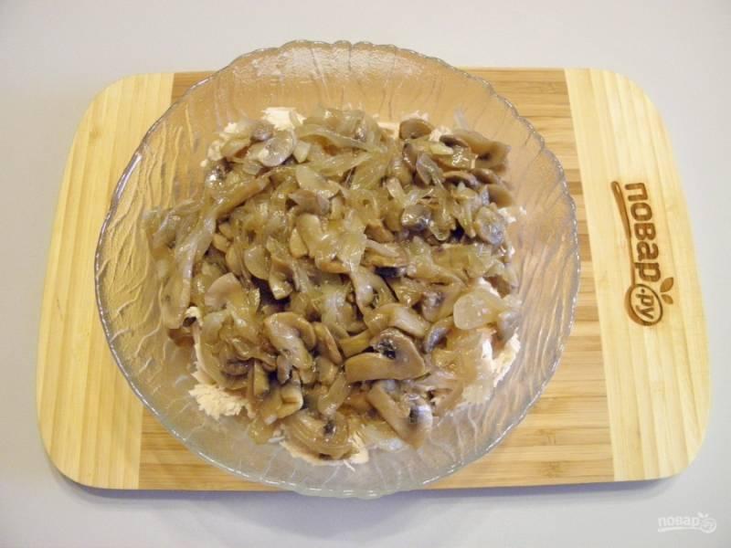 К мясу добавьте жареный лук и грибы.